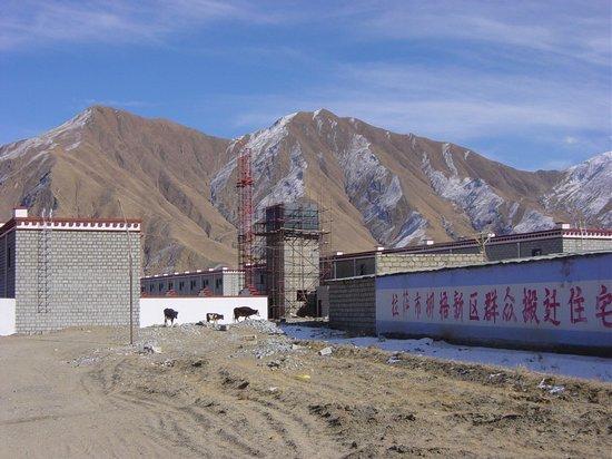 """Nowe osiedle mieszkaniowe w N'eu, w którym zamieszka 50 rodzin: """"Domy mieszkalne dla przesiedlanych mas w Liuwu, nowej dzielnicy miasta Lhasa"""""""