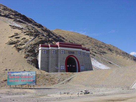 """""""Tunel okręgu N'eu"""" (tyb. sN'eu rdzong brag phug; chiń. Liuwu suidao): """"Walczcie z płaskowyżem i brakiem tlenu. Flaga elektryfikacji wstrząsa górami Kunlun. Strzeżcie bezpieczeństwa i twórzcie narodowy model doskonałości. Linia Qinghai-Tybet wzorem prestiżu. Chińska Grupa Biura Elektryfikacji Kolei"""""""