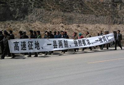 sangczuprotestprzeciwkokonfiskatomziemi2kwietnia2014transparent_400