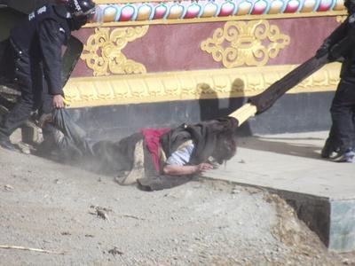 serthar24stycznia2012policjaciegnienieprzytomnego2_400