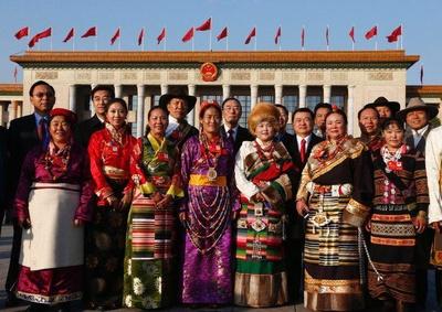 zjazdpartii2012delegacjatybetanskawiochawstrojachludowych_400
